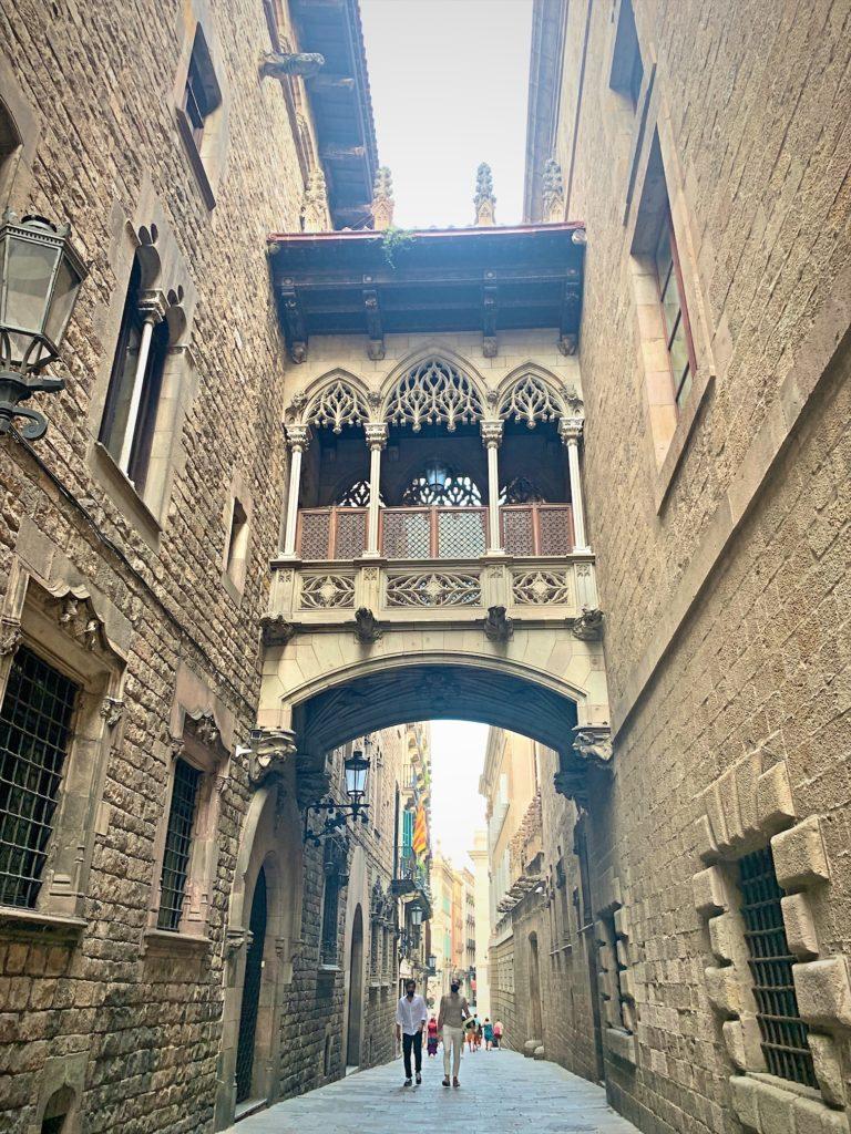 バルセロナ大聖堂の横の小道