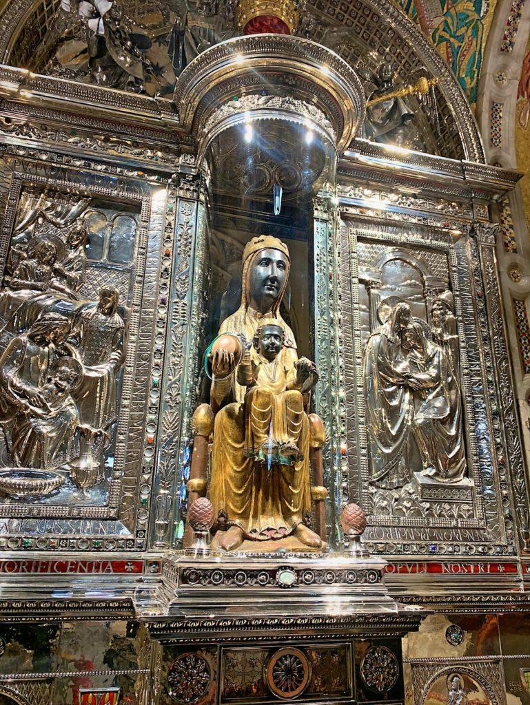 黒いマリア像があるモンセラット修道院へ