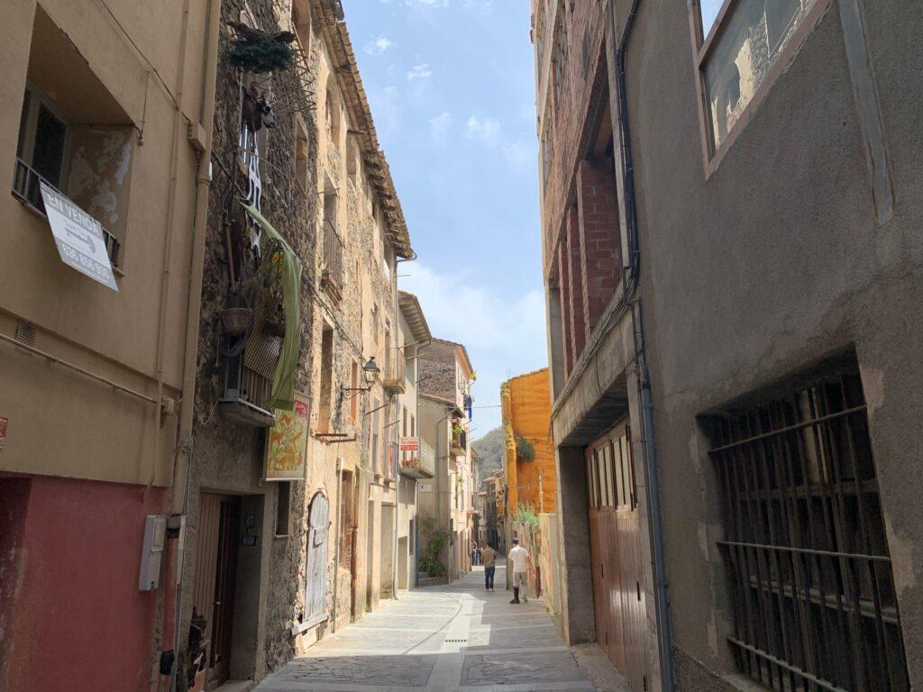 カステルフォリット・デ・ラ・ロカというスペインの崖上の街