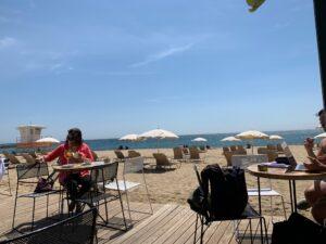 バルセロナの人気ビーチ、バルセロネータのカフェ
