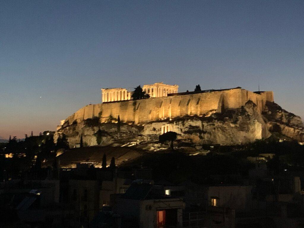 アテネのパルテノン神殿が見えるホテルのバー