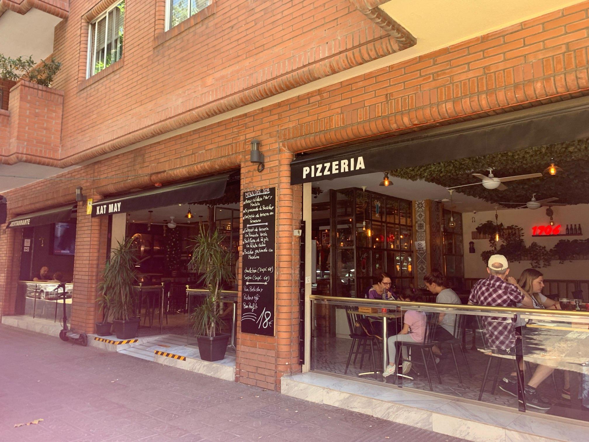サグラダファミリアから近くのピザ屋