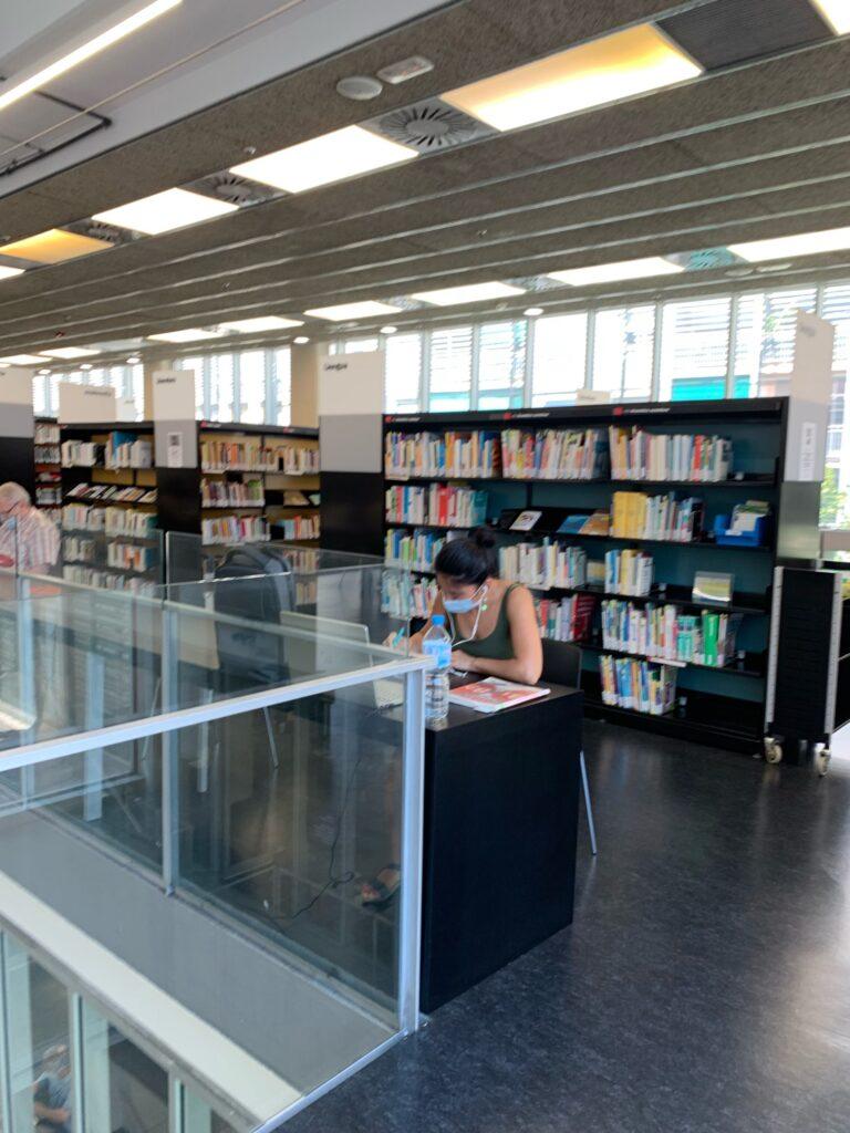 家から一番近い、サグラダファミリアの横らへんにある図書館へ。